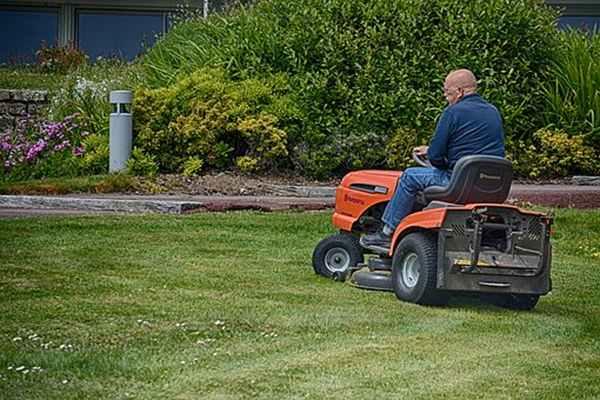 Czy warto inwestować w traktor ogrodowy?