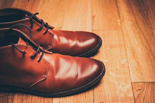 Jak pielęgnować różne rodzaje butów skórzanych?